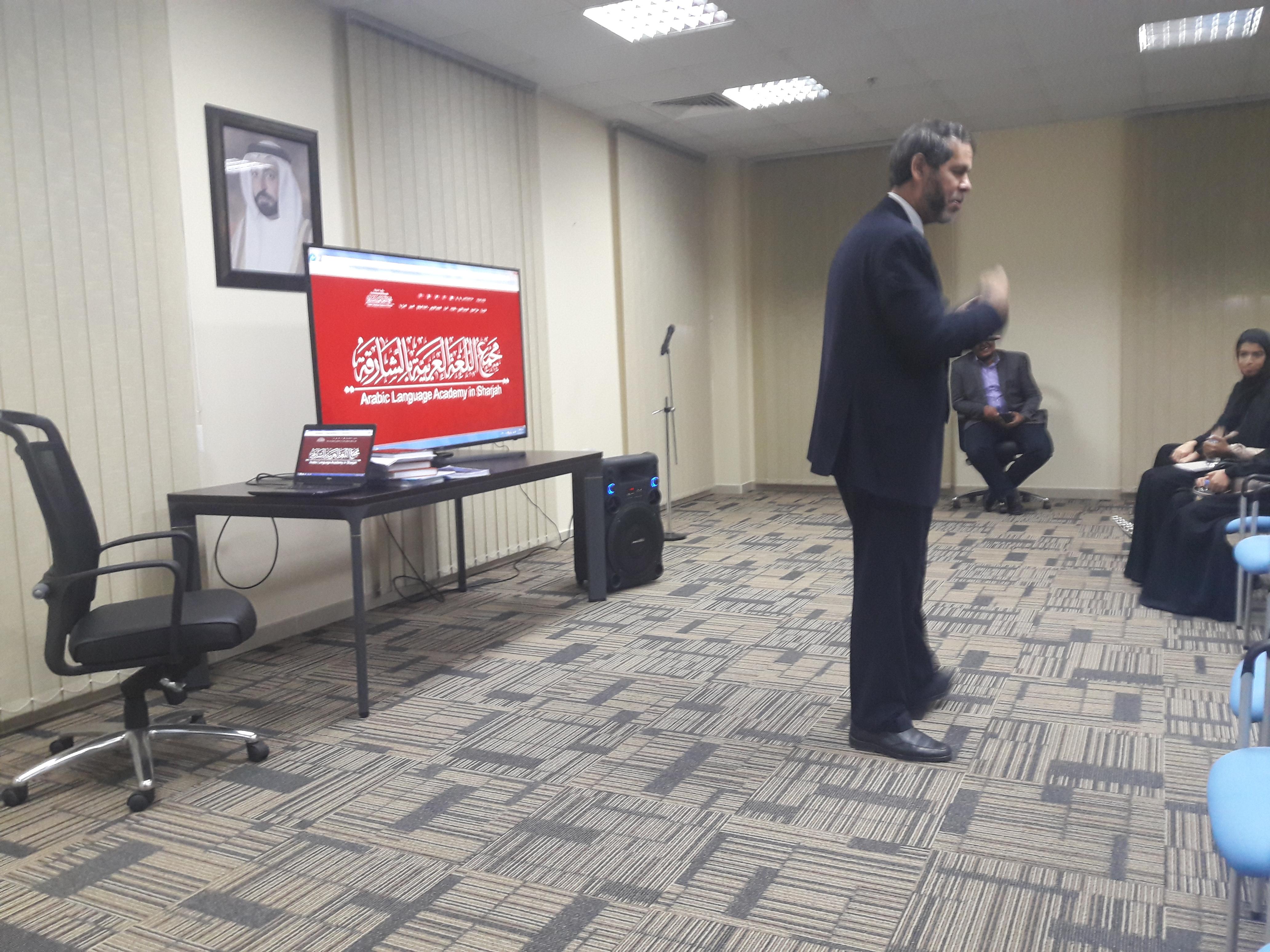 الأمين العام يشرح آليات عمل المعجم التاريخي للغة العربية لطالبات الجامعة القاسمية