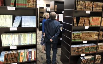 أثناء تجول فريق اللغة العربية بجامعة جاجيلونيان البولندية في مكتبة المجمع